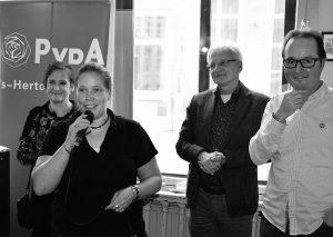 Nicole de Koning aan het woord. Op de achtergrond v.l.n.r. Lisette van der Swaluw, Wim Luijendijk en Reinoud van Uffelen (foto: Leon van den Akker)